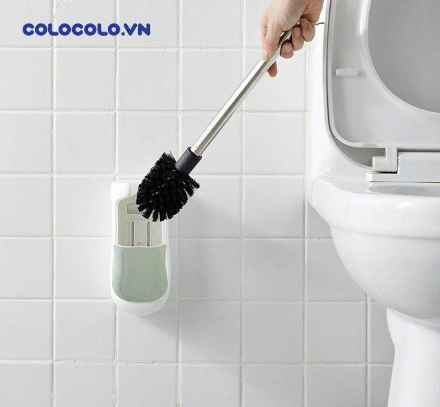 Sai lầm hay mắc phải là đặt bàn chải toilet ngay vào giá đỡ sau khi vệ sinh